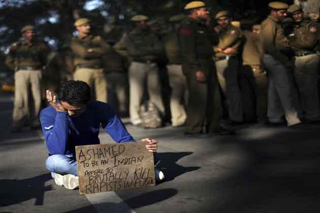 मार्च में शामिल एक छात्र ने इस तरह अपना गुस्सा और दुख जाहिर किया।