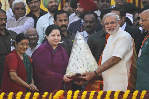 शपथ ग्रहण समारोह में तमिलनाडु की मुख्यमंत्री जयललिता भी पहुंची। उन्होने नरेंद्र मोदी को फूल भेंटकर शुभकामना दी।