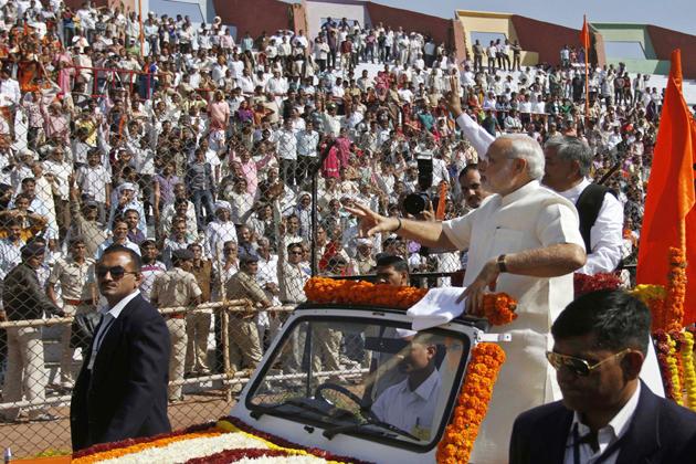 समर्थकों का अभिवादन स्वीकार करते नरेंद्र मोदी।