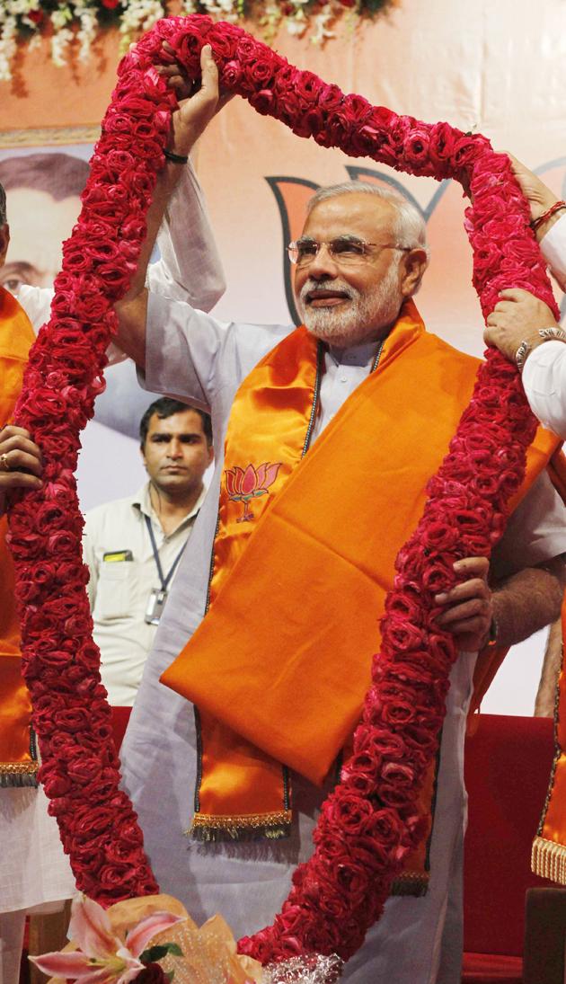 समर्थकों ने मोदी का स्वागत शाही अंदाज में किया।