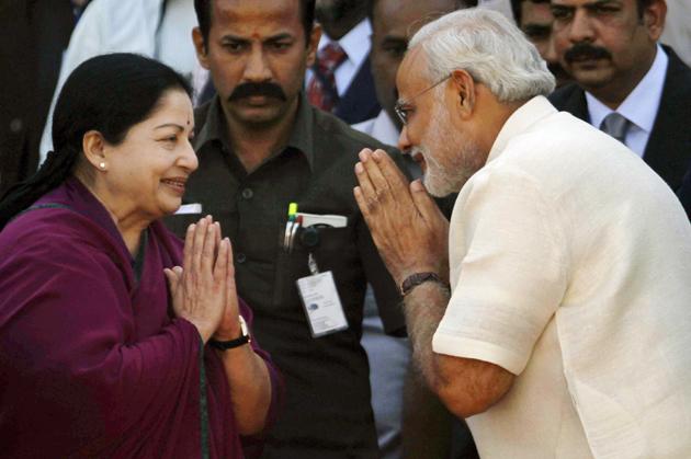 जयललिता का अभिवादन स्वीकार करते नरेंद्र मोदी।
