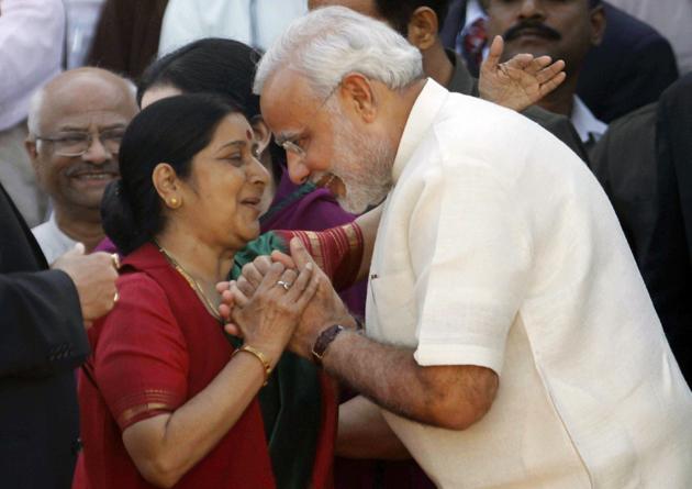 गुजरात सीएम के पद पर नरेंद्र मोदी की लगातार चौथी बार ताजपोशी हुई। इस मौके पर बीजेपी के बड़े नेताओं के अलावा एनडीए के दिग्गज नेताओं का जमावड़ा लगा। इसी मौके पर सुषमा स्वराज से मुलाकात करते नरेंद्र मोदी। तस्वीरों में देखिए मोदी का शपथ ग्रहण समारोह।