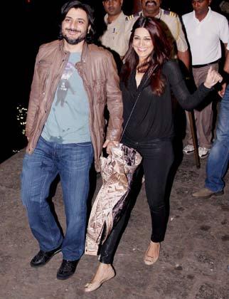 सोनाली बेंद्रे अपने पति गोल्डी बहल के साथ पार्टी में पहुंचीं।