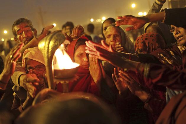 इलाहाबाद में सोमवार से शुरू हुए दुनिया के सबसे बड़े धार्मिक मेले में अनोखे नजारे देखने को मिल रहे हैं। साधु संतों के अलग-अलग रूप-रंग यहां आने वाले श्रद्धालुओं को अपनी ओर आकर्षित कर रहे हैं। आप भी देखिए कुंभ मेले की शाम के कुछ नजारे। (एपी)