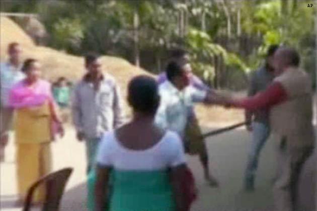 असम के चिरांग में कांग्रेस नेता विक्रम सिंह ब्रह्मा पर बलात्कार का आरोप लगने के बाद लोगों ने उसकी पिटाई कर दी। आरोप है कि विक्रमसिंह ब्रह्मा ने एक महिला के साथ उसके घर में घुसकर बलात्कार किया। इसके बाद महिला ने शोर मचाया तो लोगों ने आरोपी नेता विक्रमसिंह ब्रह्मा को धर दबोचा और उसकी जमकर धुनाई की। पुलिस ने आरोपी नेता पर मामला दर्ज कर लिया है।</p><p>