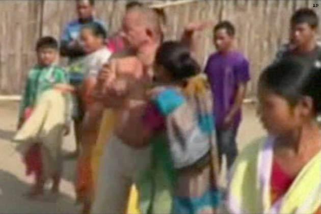 असम के चिरांग में कांग्रेस नेता विक्रम सिंह ब्रह्मा पर बलात्कार का आरोप लगने के बाद लोगों ने उसकी पिटाई कर दी। आरोप है कि विक्रमसिंह ब्रह्मा ने एक महिला के साथ उसके घर में घुसकर बलात्कार किया। इसके बाद महिला ने शोर मचाया तो लोगों ने आरोपी नेता विक्रमसिंह ब्रह्मा को धर दबोचा और उसकी जमकर धुनाई की। पुलिस ने आरोपी नेता पर मामला दर्ज कर लिया है।