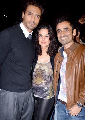 एक दोस्त के साथ पोज देते अर्जुन रामपाल और प्रीति जिंटा।