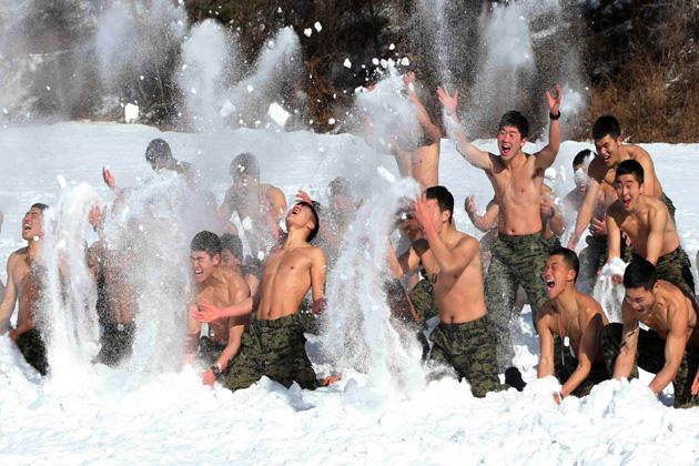 ये दृश्य है दक्षिण कोरिया के प्योंगचांग का, जहां कोरियन स्पेशल वॉरफेयर फोर्स के जवान बर्फीले मौसम में खुद को मजबूत बनाने के लिए कड़े अभ्यास में जुटे हैं। 12 दिन की इस एक्सरसाइज में तकरीबन 200 जवानों ने हिस्सा लिया।(एपी)</p><p>