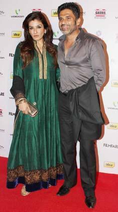 सुनील शेट्टी और रवीना टंडन भी पार्टी में पहुंचे।