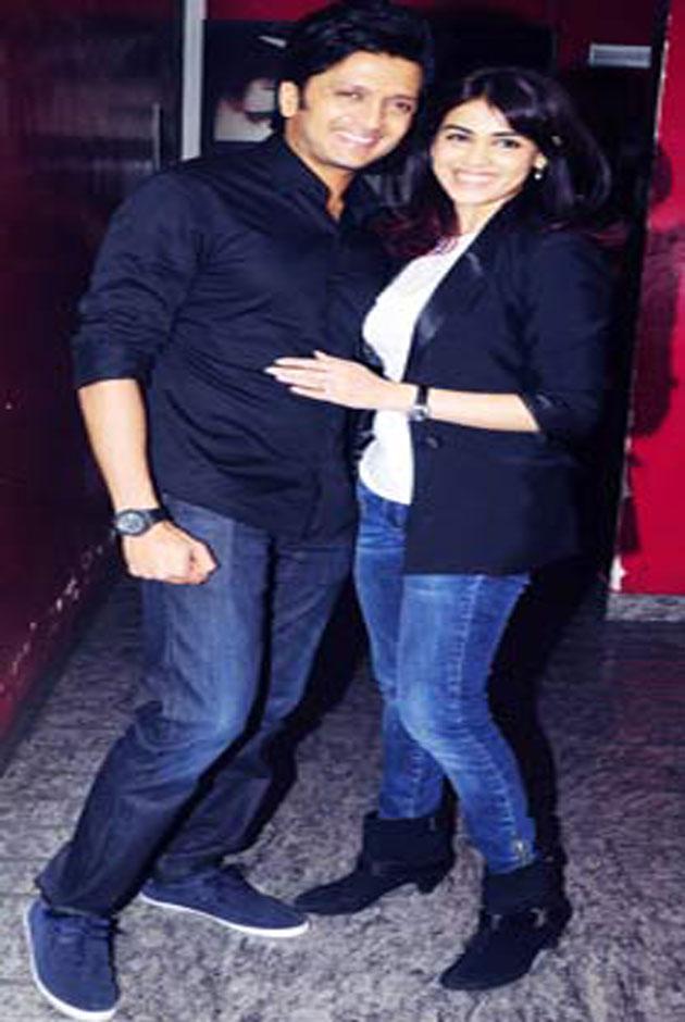 रितेश देशमुख अब फिल्म निर्माण के क्षेत्र में उतर गए है। इसी कड़ी में मुंबई में रितेश ने अपनी पहली मराठी फिल्म 'बालक पलक' का प्रीमियर रखा। फिल्म के प्रीमियर पर बॉलीवुड के कई कलाकार शामिल हुए। आइए तस्वीरों में देखते है रितेश की फिल्म के प्रीमियर में कौन कौन पहुंचा।