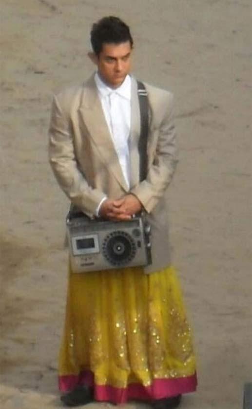 राजकुमार हिरानी की फिल्म 'पीके' के लिए आमिर शर्ट-कोट और घाघरा पहने नजर आए।