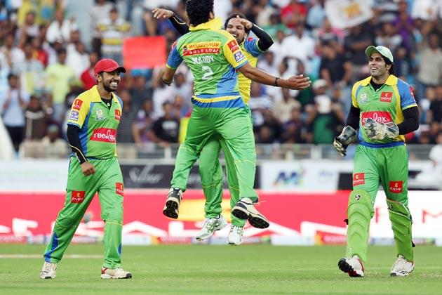 </p><p>हैदराबाद में बंगाल टाइगर्स के खिलाफ जीत की खुशी मनाते केरला स्ट्राइकर्स के खिलाड़ी।</p><p>