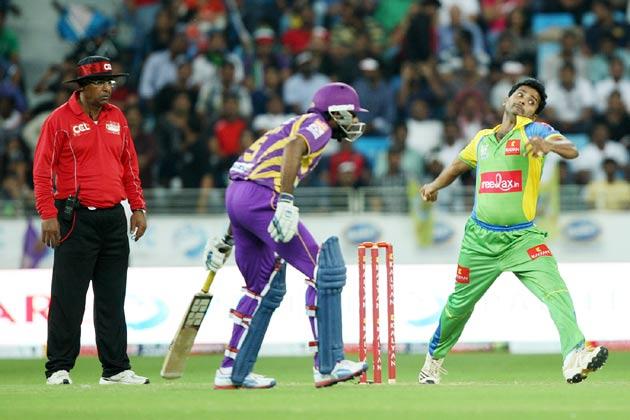 </p><p>हैदराबाद में सीसीएल के मैच के दौरान बंगाल टाइगर्स के खिलाफ गेंदबाजी करते केरला स्ट्राइकर्स।</p><p>