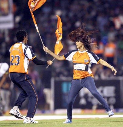 जेनेलिया डिसूजा अपनी टीम वीर मराठी के जीतने पर मैदान में नाचते हुई।