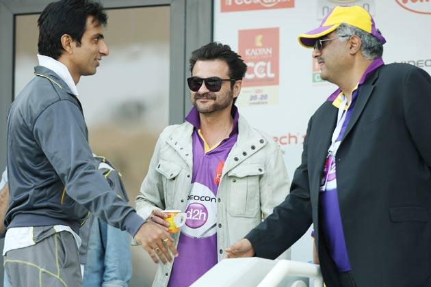 मुंबई हीरोज और बंगाल टाइगर्स के खिलाफ एक मैच के दौरान निर्देशक बोनी कपूर अपने भाई संजय कपूर और अभिनेता सोनू सूद एक साथ नजर आए।