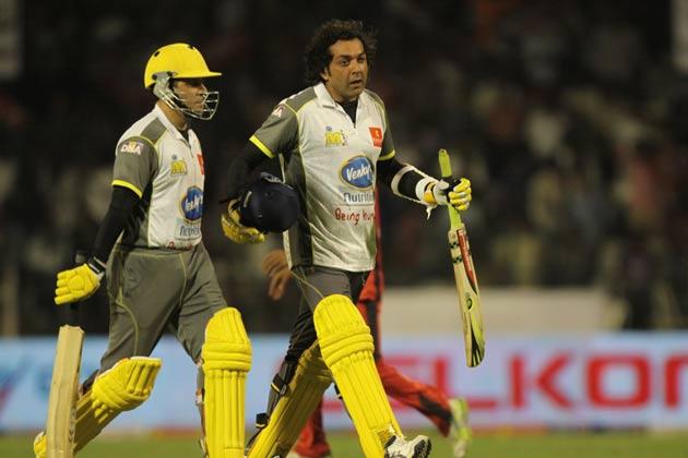 मुंबई हीरोज के लिए बल्लेबाजी करने जाते हुए बॉबी देओल और कबीर।