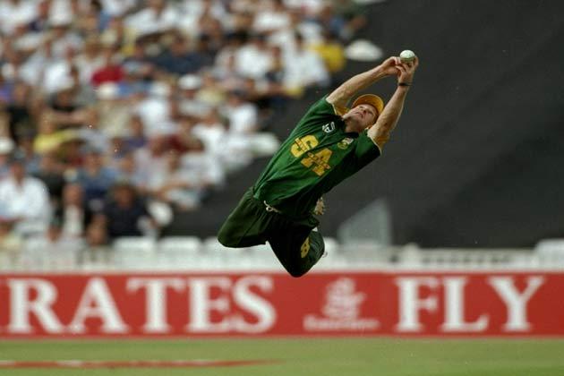 8 अगस्त 1998 में अमीरात ट्रॉफी के दौरान इंग्लैंड के रॉबर्ट क्रॉफ्ट का कैच पकड़ते हुए दक्षिण अफ्रीका के जोंटी रोड्स।
