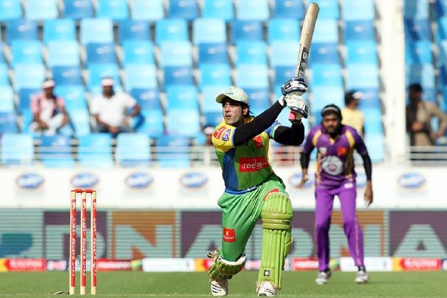 सीसीएल के एक मैच के दौरान केरला स्ट्राइकर्स का एक बल्लेबाज छक्का मारते हुए।