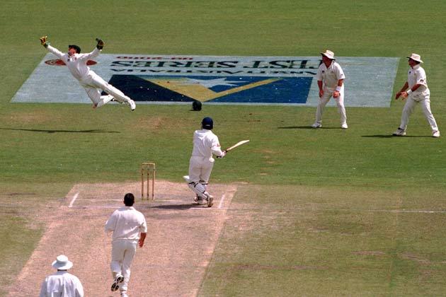 एडिलेड में 14 नवंबर 1999 में खेले गए टेस्ट मैच के दौरान सौरभ गांगुली का कैच पकड़ने के लिए डाइव लगाते हुए ऑस्ट्रेलिया के विकेटकीपर एडम गिलक्रिस्ट।