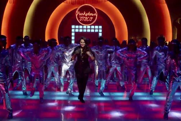 फिल्म 'हिम्मतवाला' में अभिनेत्री सोनाक्षी सिन्हा एक नए अवतार में दिखेंगी। फिल्म के गाने 'थैंक गॉड इट्स फ्राइडे' के लांन्च के मौके पर सोनाक्षी सिन्हा बॉलीवुड में 80 के दशक में डिस्को गाने में पहने जाने वाले पोशाक में नजर आई।