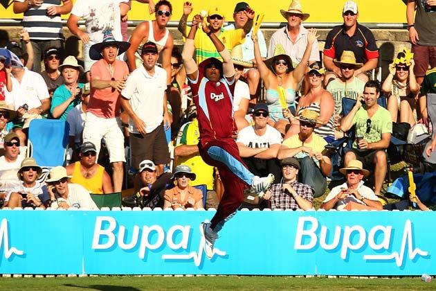 6 फरवरी 2013 को मुनका ओवल मैदान ऑस्ट्रेलिया और वेस्टइंडीज के बीच खेल गए खिलाफ तीसरे वनडे मुकाबले ऑस्ट्रेलिया के जॉर्ज बेली का कैच लपकते हुए काइरोन पोलार्ड।