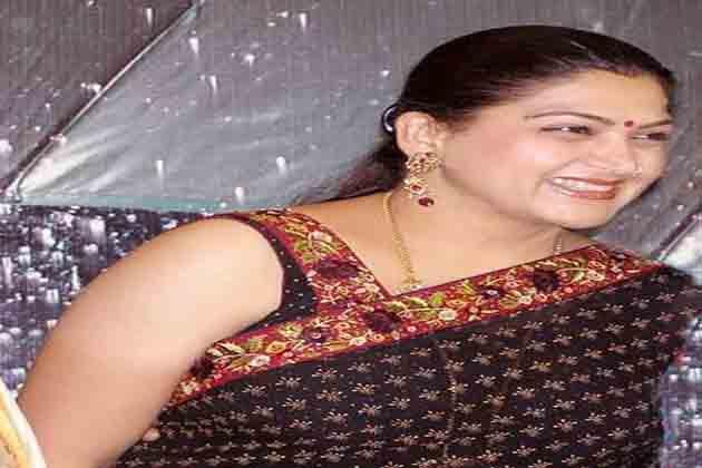 तमिल अभिनेत्री खुशबू के घर पर पथराव, फेंकीं चप्पलें