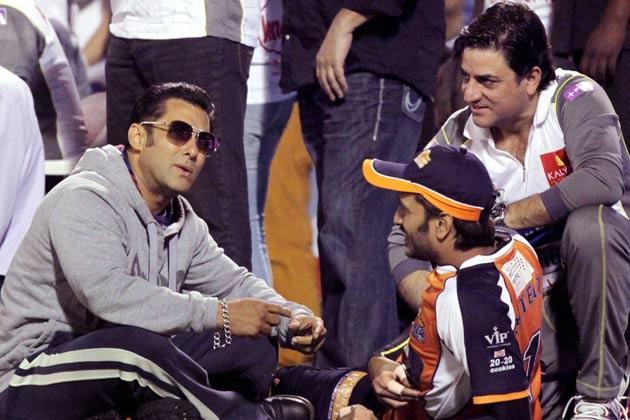 हैदराबाद में सीसीएल के एक मैच के दौरान सलमान खान और रितेश देशमुख।