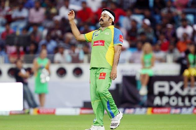 केरला स्ट्राइकर्स के कप्तान मोहनलाल बंगाल टाइगर्स के खिलाफ गेंदबाजी करते हुए।