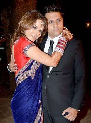 लंबे अफेयर के बाद फिल्ममेकर मोहित सूरी और अभिनेत्री उदिता गोस्वामी की पंजाबी रीति-रिवाज से शादी हो गई। दोनों ने मुंबई के हरे रामा हरे कृष्णा मंदिर में शादी की। 31 जनवरी को शादी का रिसेप्शन हुआ जिसमें खास दोस्तों ने शिरकत की। कौन-कौन पहुंचा इसमें तस्वीरों में देखें।