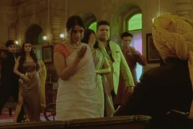 'साहब, बीवी और गैंगस्टर रिटर्न्स' का फर्स्ट लुक जारी हो गया है। तिग्मांश धुलिया द्वारा निर्देशित यह फिल्म 8 मार्च को रिलीज होगी। साहब बीवी और गैंगस्टर के सीक्वल में भी जिमी शेरगिल और माही गिल हैं, साथ ही सोहा अली खान और इरफान खान को भी जोड़ा गया है।
