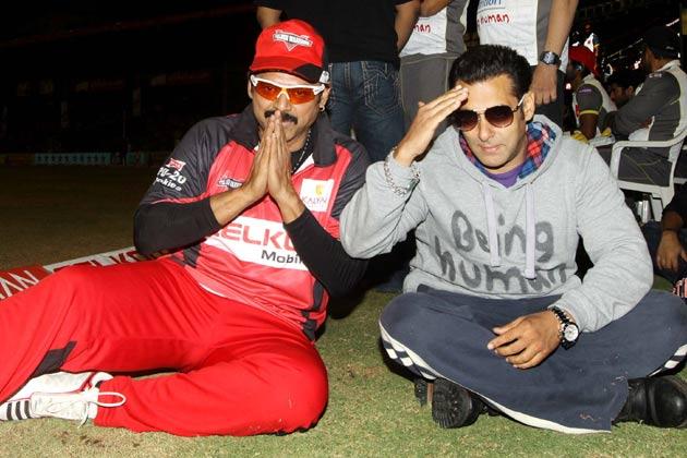 </p><p>सीसीएल के मैच के दौरन तेलुगु वारियर्स के कप्तान और दक्षिण के सुपरस्टार वेंकटेश और बॉलीवुड के सुपरस्टार सलमान खान दोस्त बन गए।</p><p>
