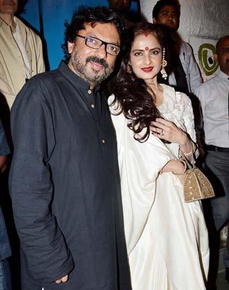 बर्थडे पार्टी के दौरान अभिनेत्री रेखा के साथ संजय लीला भंसाली।
