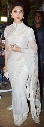 भंसाली की बर्थडे पार्टी में अभिनेत्री दीपिका पादुकोण सफेद साड़ी में नजर आई।