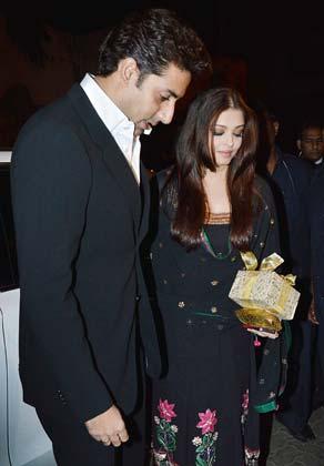 <br /> अभिषेक बच्चन अपनी पत्नी ऐशवर्या राय बच्चन के साथ भंसाली की बर्थडे पार्टी में पहुंचे।<br />