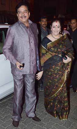 शत्रुघ्न सिन्हा अपनी पत्नी पूनम सिन्हा के साथ भंसाली की बर्थडे पार्टी में पहुंचे।