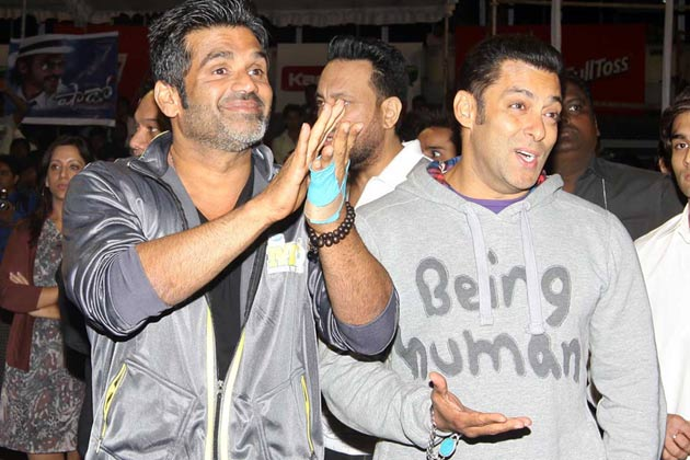 सीसीएल की पार्टी के दौरान सलमान खान और सुनील शेट्टी।