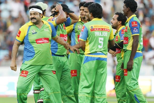 बंगाल टाइगर्स के खिलाफ जीत की खुशी मनाते केरला स्ट्राइकर्स के खिलाड़ी।