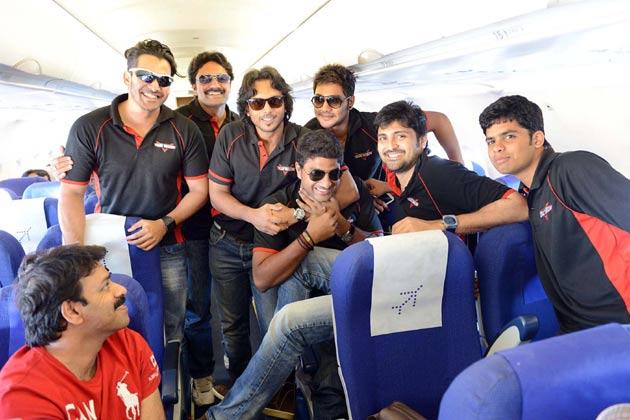 मैच से पहले तेलुगु वारियर्स के खिलाड़ी साथी खिलाड़ियों से मजाक करते हुए।</p><p>