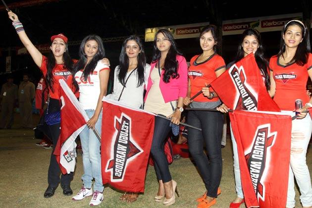 सीसीएल में अपनी टीम तेलुगु वारियर्स के लिए चीयर्स करती तेलुगु अभिनेत्रियां।