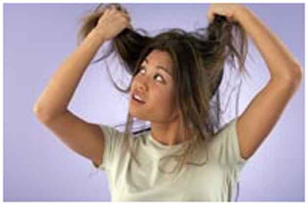 रूखे बालों के लिए घरेलू नुस्खें<br /> रुखे बालों के इलाज के लिए सबसे पहले जरूरी है कि आप ज्यादा से ज्यादा पानी पीएं। दिन भर में आपको कम से कम 6-10 गिलास पानी पीना चाहिए। इससे आपके बालों की खोई नमी वापस लौटेगी। एक बर्तन में दो नींबू का रस लें और उसमें थोड़ा सा पानी मिला लें। उसके बाद इस मिश्रण को अपने स्कैल्प  और बालों में लगाएं। <br />