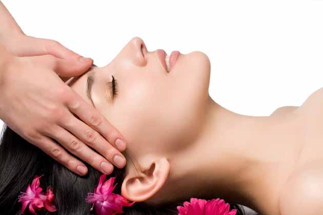 ज्यादा सुंदर दिखने के प्रयास में महिलाएं अपनी त्वचा की जरूरतों को नजरअंदाज कर देती हैं और बाद में उन्हें त्वचा संबंधी कई समस्याओं का सामना करना पड़ता है। <br /> चने के कई फायदे हैं। जैसे कि चने के आटे में दूध मिलाकर अगर चेहरे पर लगाया जाए तो उससे चेहरे पर निखार आता है। इसे पूरे शरीर पर भी लगाया जा सकता है जिससे मैल और कालापन भी दूर होता है।<br />