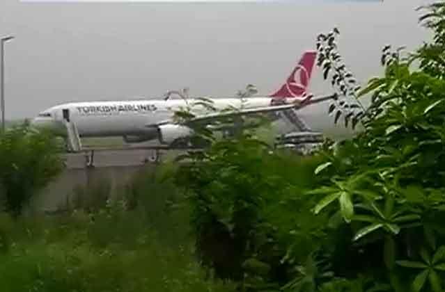 विमान में लिपिस्टिक से लिखी बम की धमकी, दिल्ली में इमरजेंसी लैंडिंग