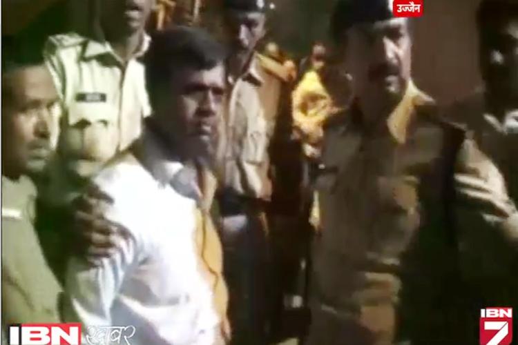 Video: जब डिप्टी कलेक्टर, पुलिसवाले के बीच होने लगी दे दनादन