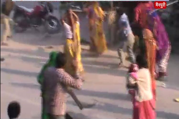 मैनपुरी में महिलाओं ने पुलिस को लाठियों से खदेड़ा