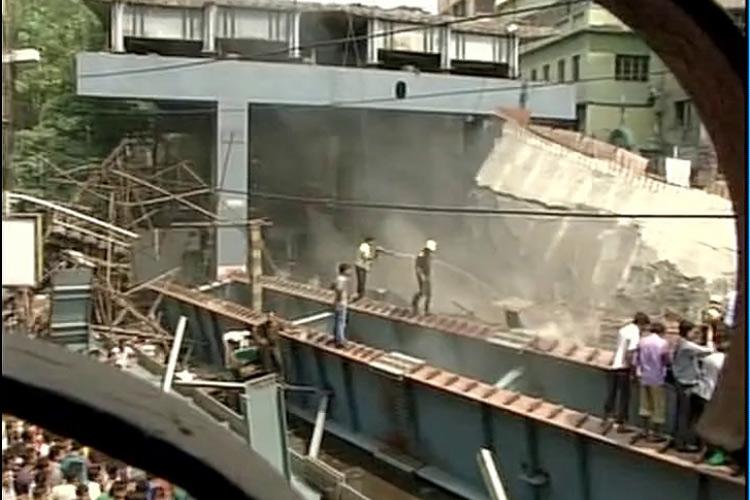 कोलकाता में निर्माणाधीन पुल गिरने से 10 की मौत, सैकड़ों के दबे होने की आशंकाकोलकाता में निर्माणाधीन पुल गिरने से 10 की मौत, सैकड़ों के दबे होने की आशंका
