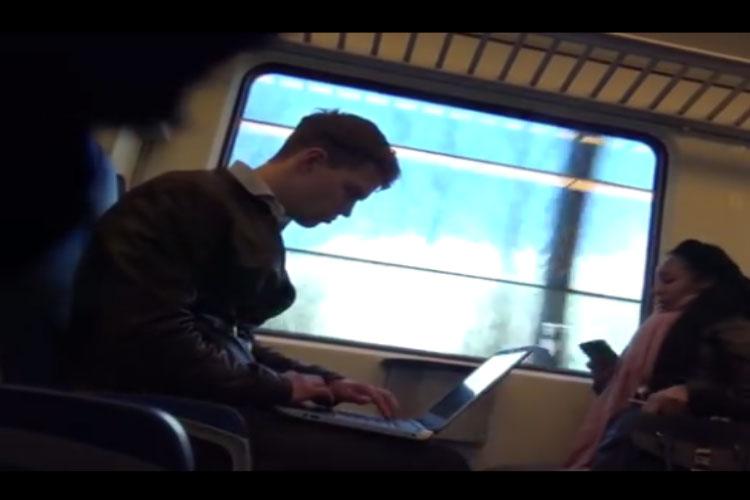 ...जब ट्रेन में आने लगी पॉर्न फिल्म की आवाज!