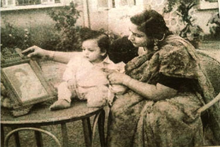 शाहरुख खान अपनी मां के साथ। क्या ये तस्वीरें आपने पहले देखी थीं? शाहरुख की फिल्म 'फैन' इसी माह 15 अप्रैल को रिलीज हो रही है। इसमें शाहरुख दोहरे किरदार में नजर आ रहे हैं।