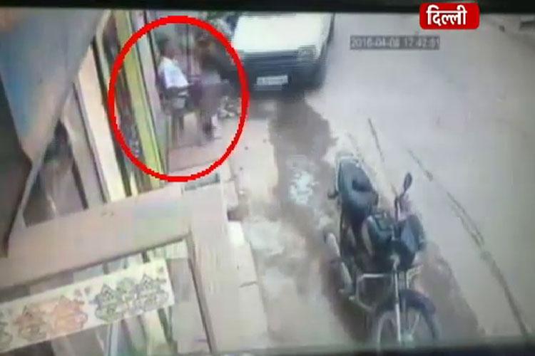 बेकाबू कार ने ऐसे रौंद दिया डॉक्टर को, देखें वीडियो