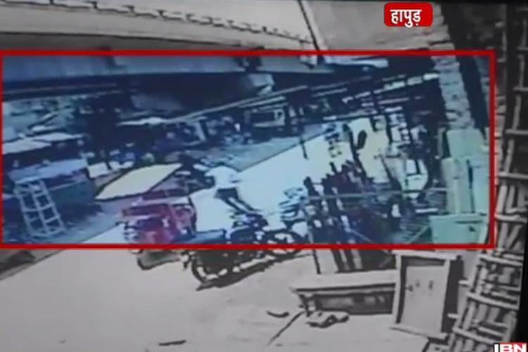 हापुड़: सरेआम सेल्स मैन को गोली मारकर लूटे 2 लाख, CCTV में कैद वारदात