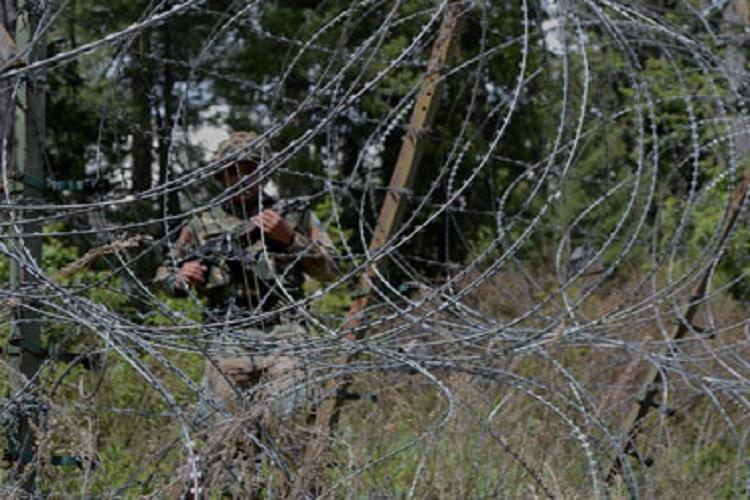 स्वतंत्रता दिवस पर कश्मीर में CRPF जवानों पर हमला, गोलीबारी जारी